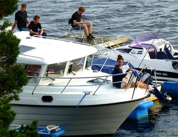 Ungdomsavdelingen fisker fra båtene og brygga